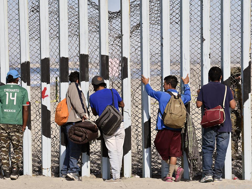 Tausende Migranten aus Mittelamerika wollen in den USA Zuflucht suchen