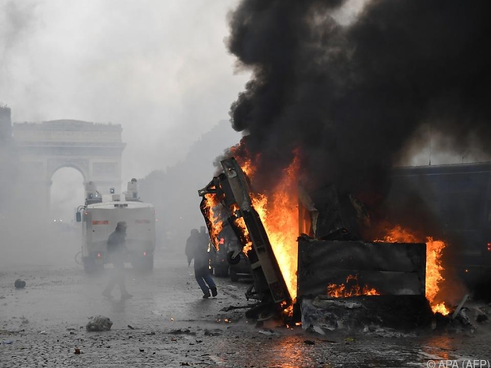 Über der Champs-Elysees stand eine schwarze Rauchwolke