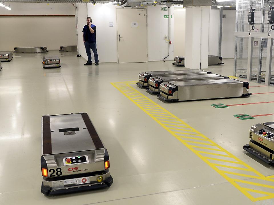 40 Roboterwagen bahnen sich selbstständig ihre Wege durch das Spital