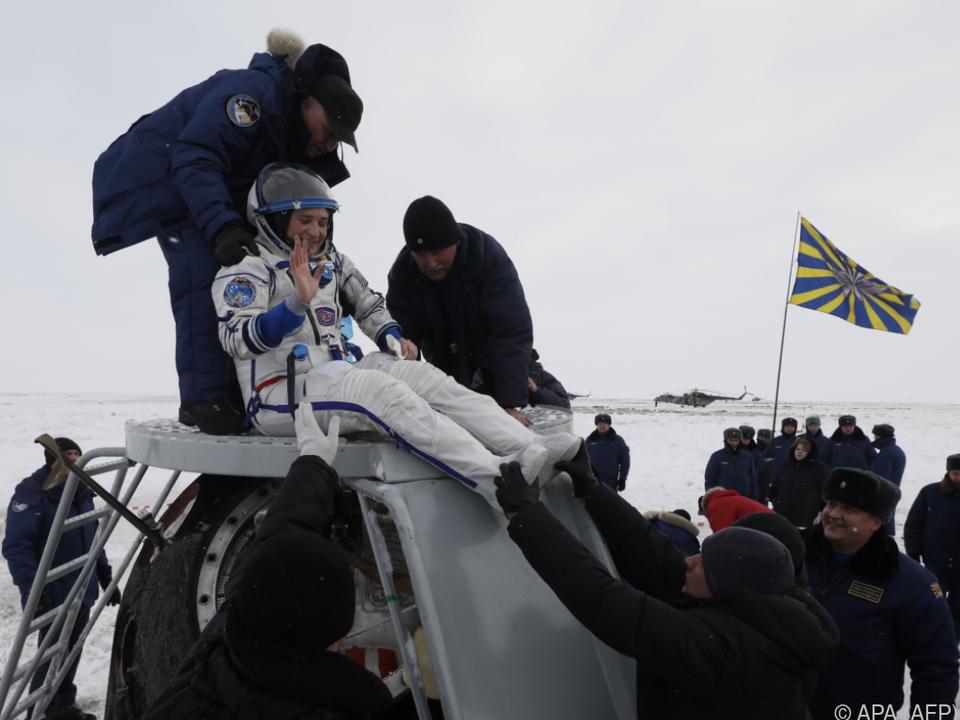 Astronautin Aunon-Chancellor kann nach der Landung schon winken