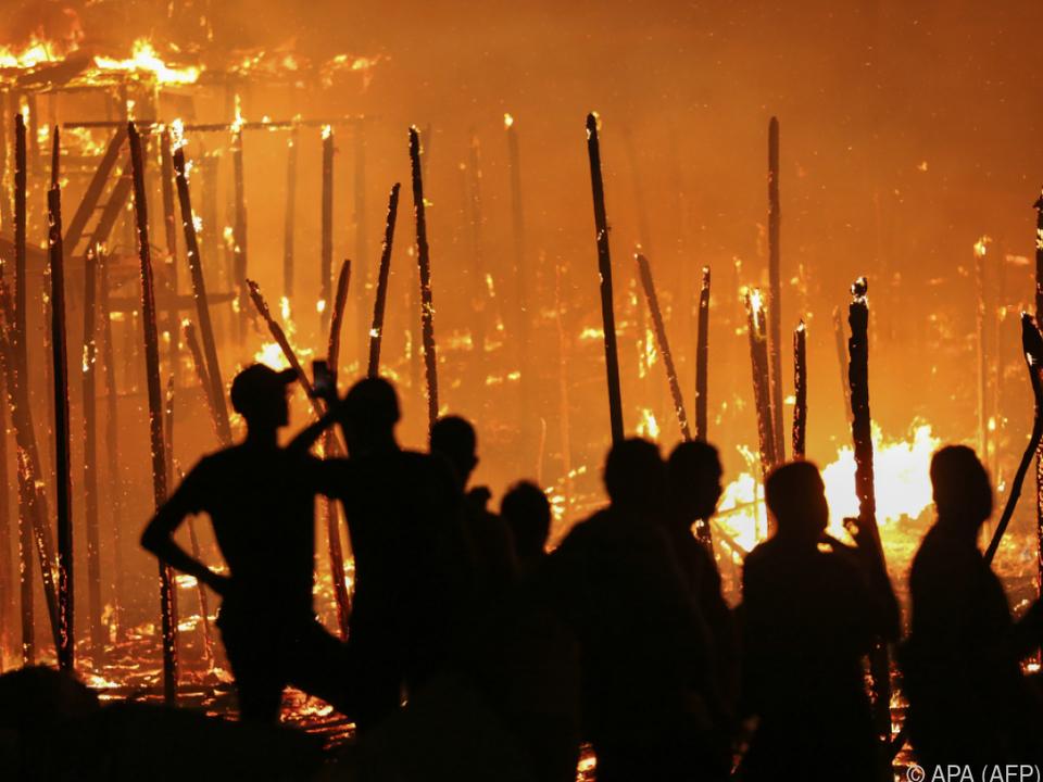 Bewohner von Manaus beobachten das Feuer
