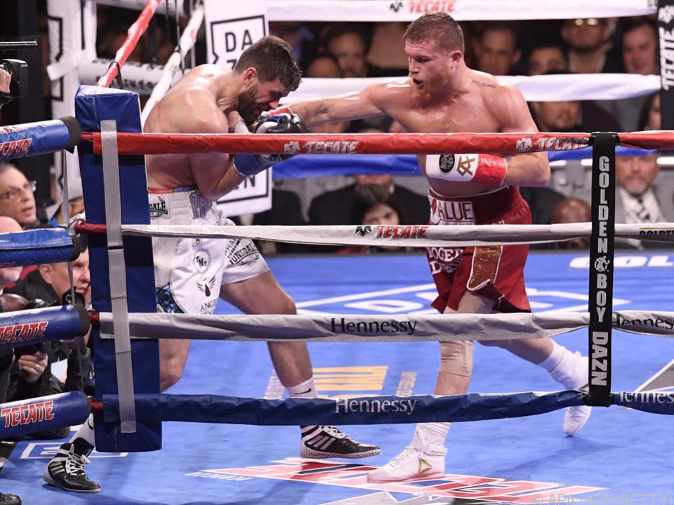 Canelo Alvarez besiegte Rocky Fielding im Supermittelgewicht