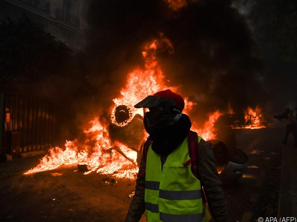 Die Demonstranten setzten Autos in Brand