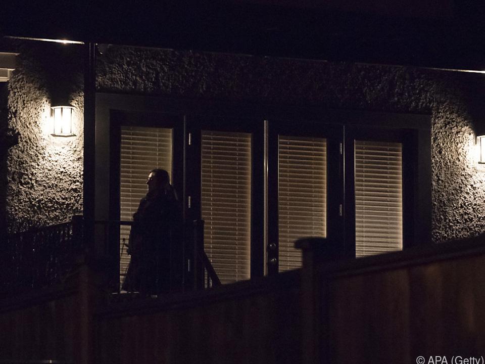 Ein Sicherheitsbeamter vor Wanzhous Wohnung in Vancouver