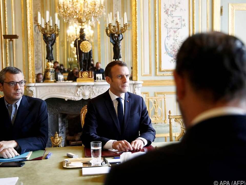 Emmanuel Macron bei Krisentreffen mit Frankreichs Regierung