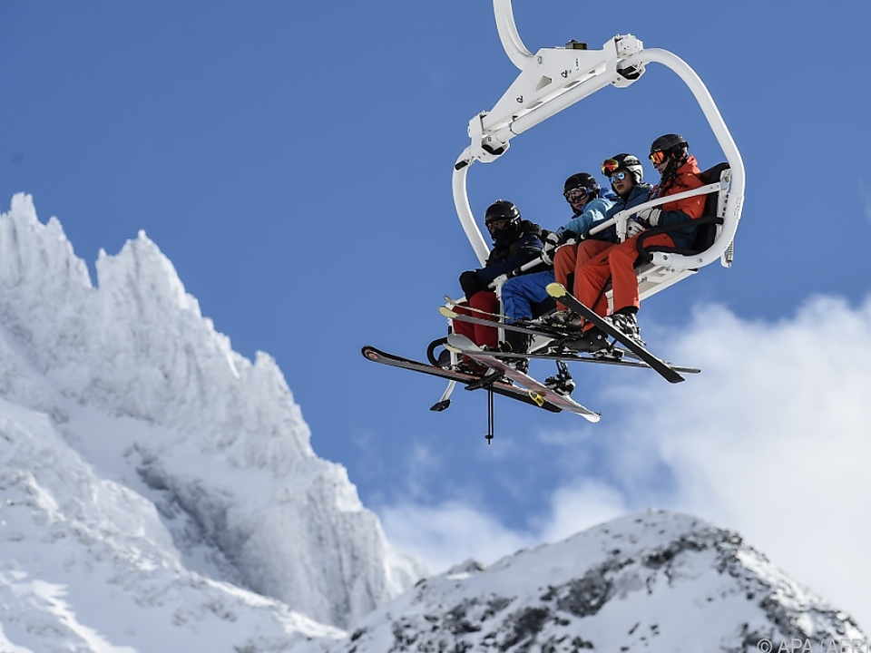 Gute Aussichten für den Wintertourismus ski lift skilift sessellift schnee sym