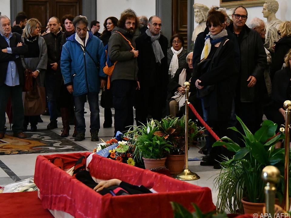 Hunderte Menschen wollten den Sarg von Filmemacher Bertolucci sehen
