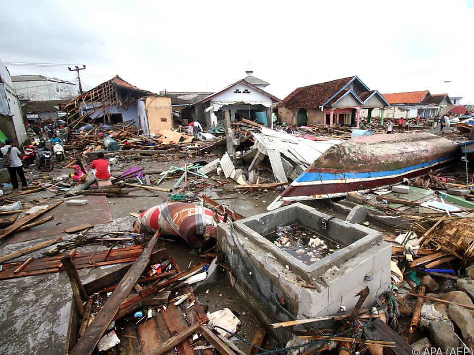 In den Trümmern wird noch nach Überlebenden gesucht