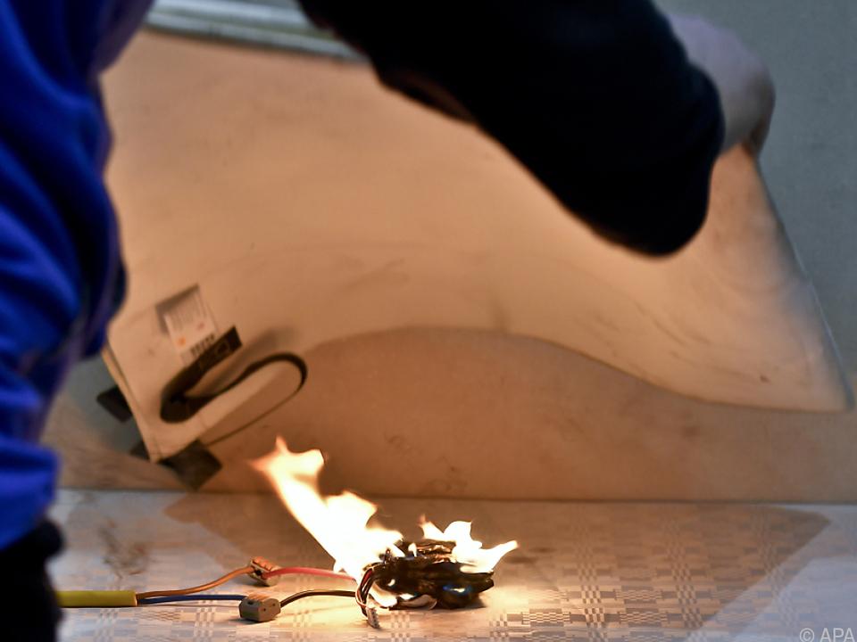 KFV führte leichte Brennbarkeit von Akkus vor