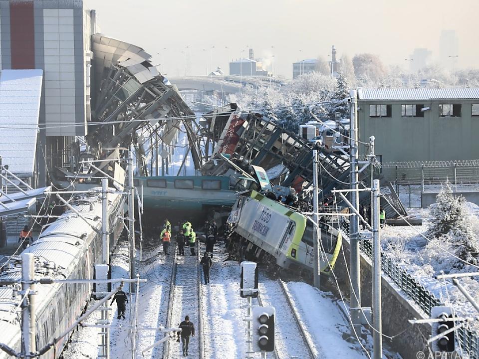 Kollision eines Schnellzugs mit einer Lokomotive