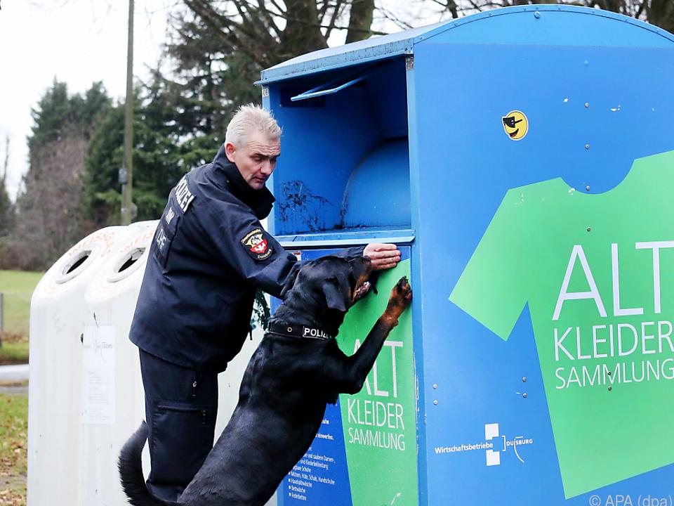 Polizei durchsuchte Altkleidercontainer in Duisburg