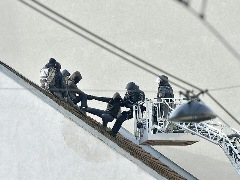 Polizei holt Besetzer vom Dach des Hauses in Wien-Ottakring