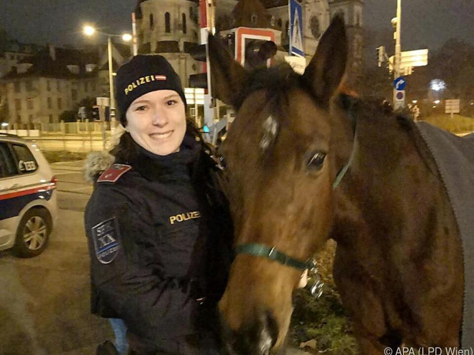 Polizistin mit dem entlaufenem Pferd am Handelskai