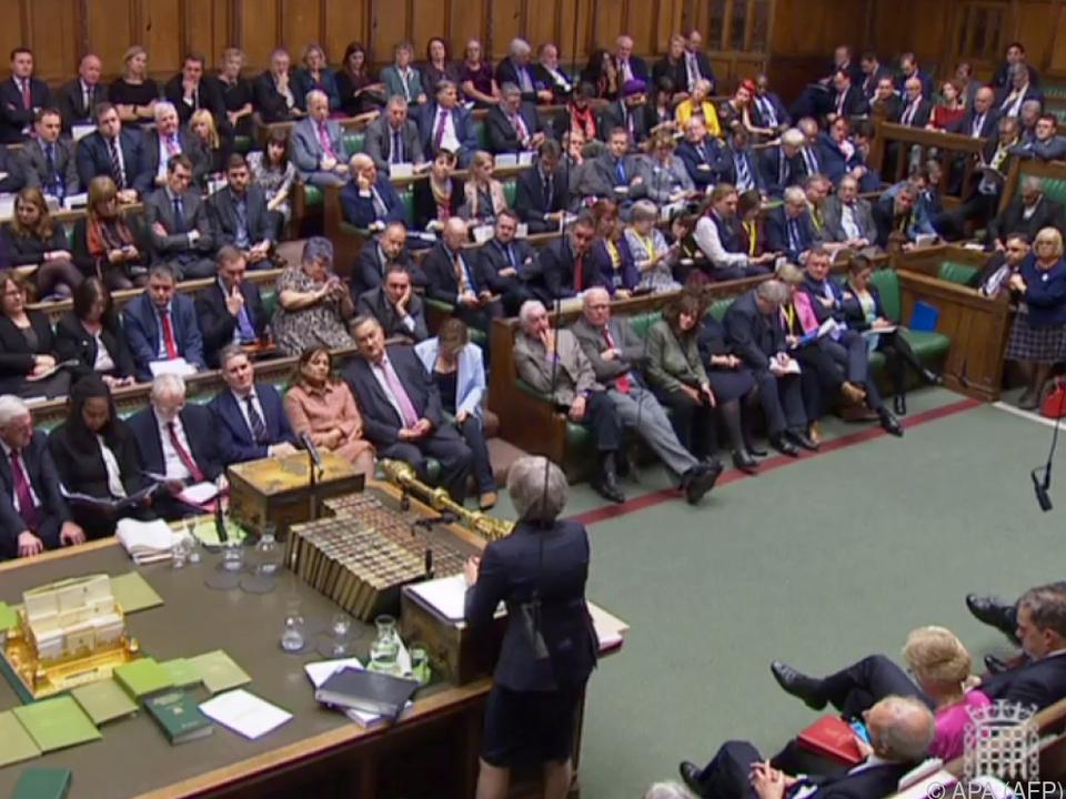 Premierministerin May im Unterhaus schwer unter Druck