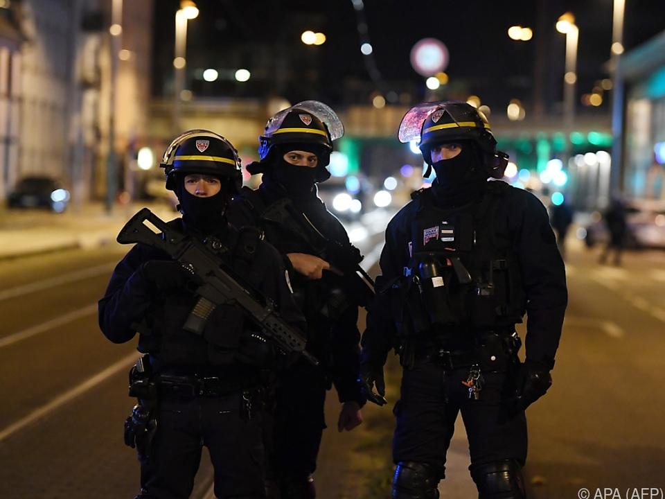 Schwer bewaffnete Polizisten im Einsatz