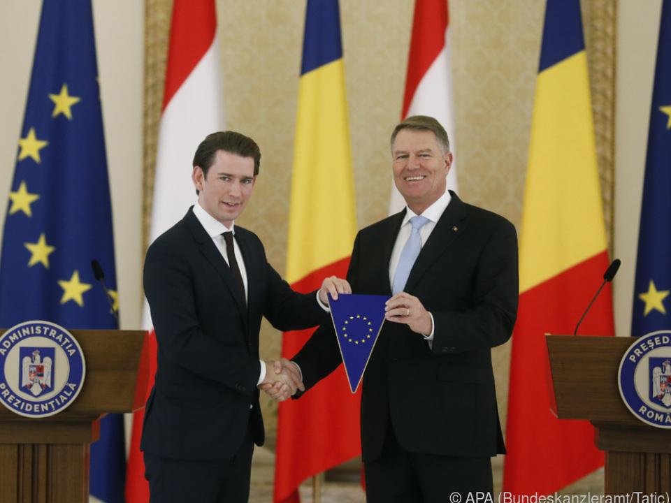 Sebastian Kurz überreichte Klaus Johannis einen EU-Wimpel