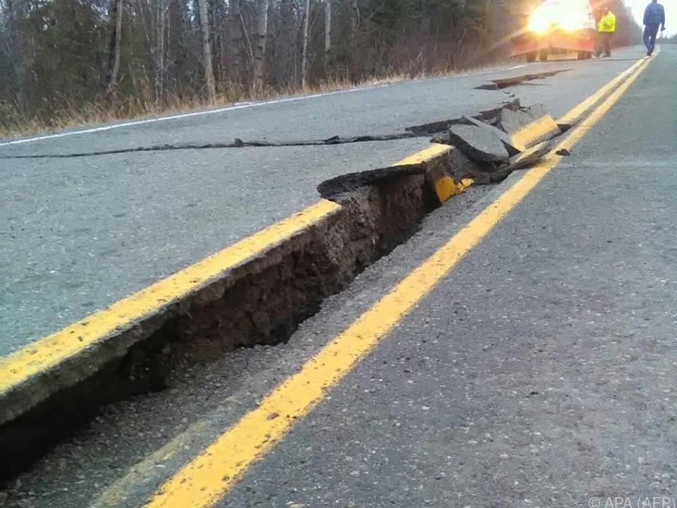 Straßenschäden nach dem Beben