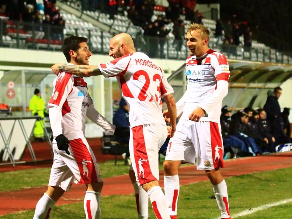 Turchetta festeggiato dopo la rete del 2-0