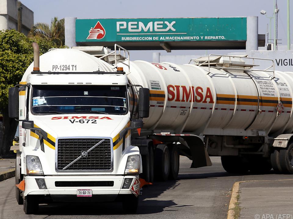 Der Benzin wird von bewachten Tanklastern geliefert
