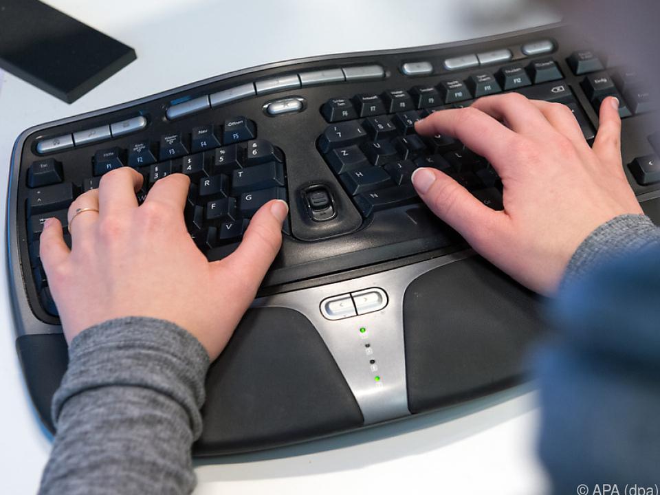 Bei einer ergonomischen Tastatur stehen die Handgelenke gerade