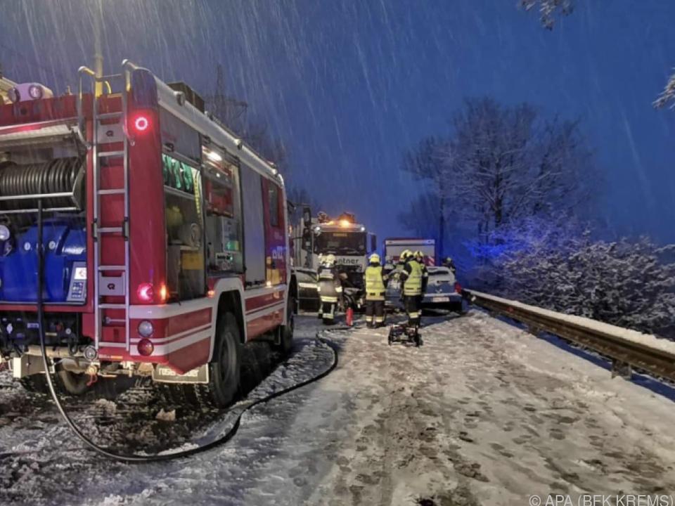 Einsatzkräfte am Unfallort bei Langenlois