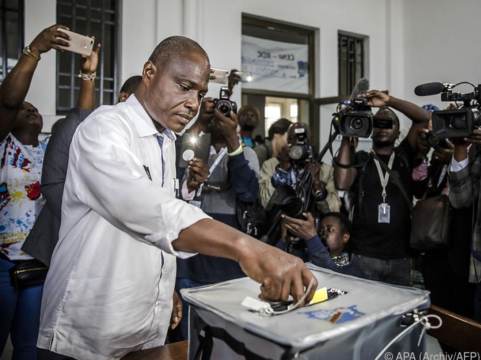 Fayulu bei seiner Stimmabgabe