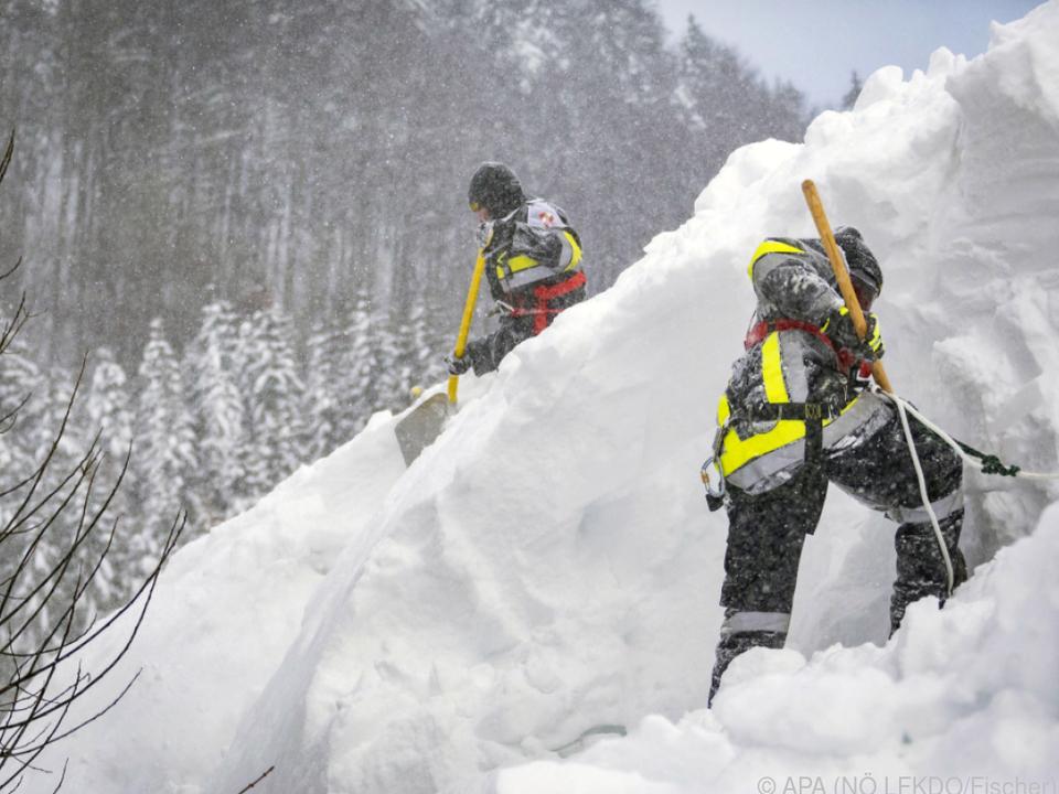Feuerwehrleute bei der Schneeräumung in Annaberg