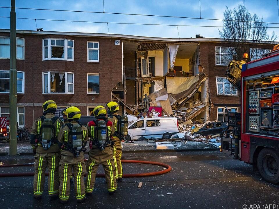 Feuerwehrleute vor dem eingestürzten Haus in Den Haag