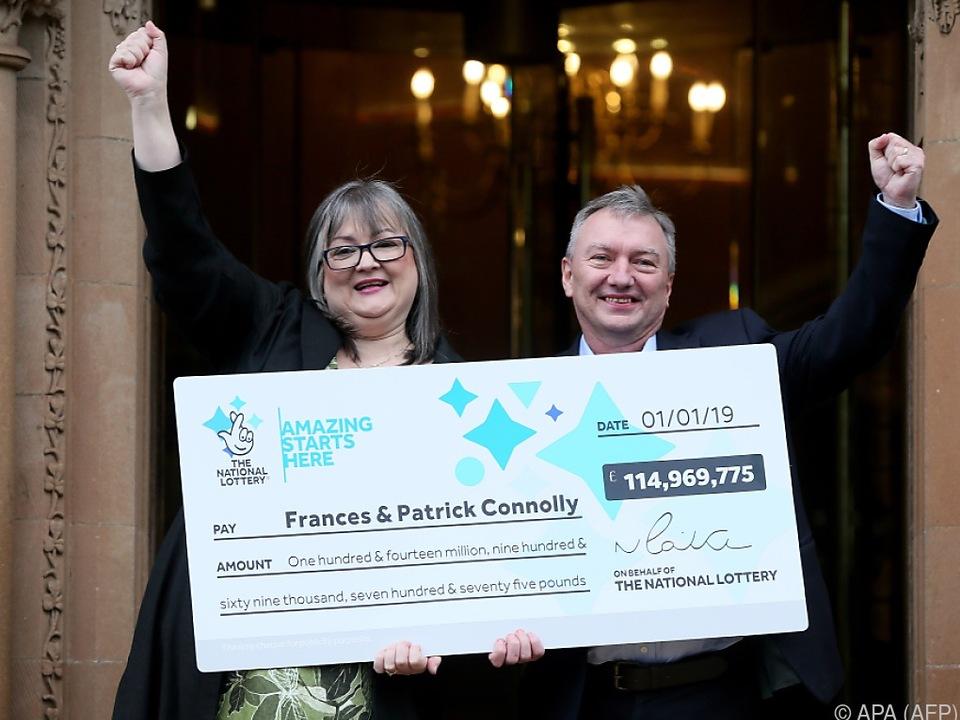 Frances und Patrick Connolly mit dem Gewinnerscheck