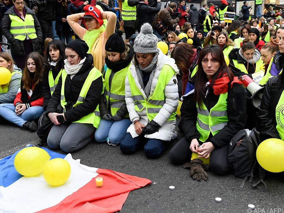 Friedliche Demonstration von Frauen auf dem Bastille-Platz