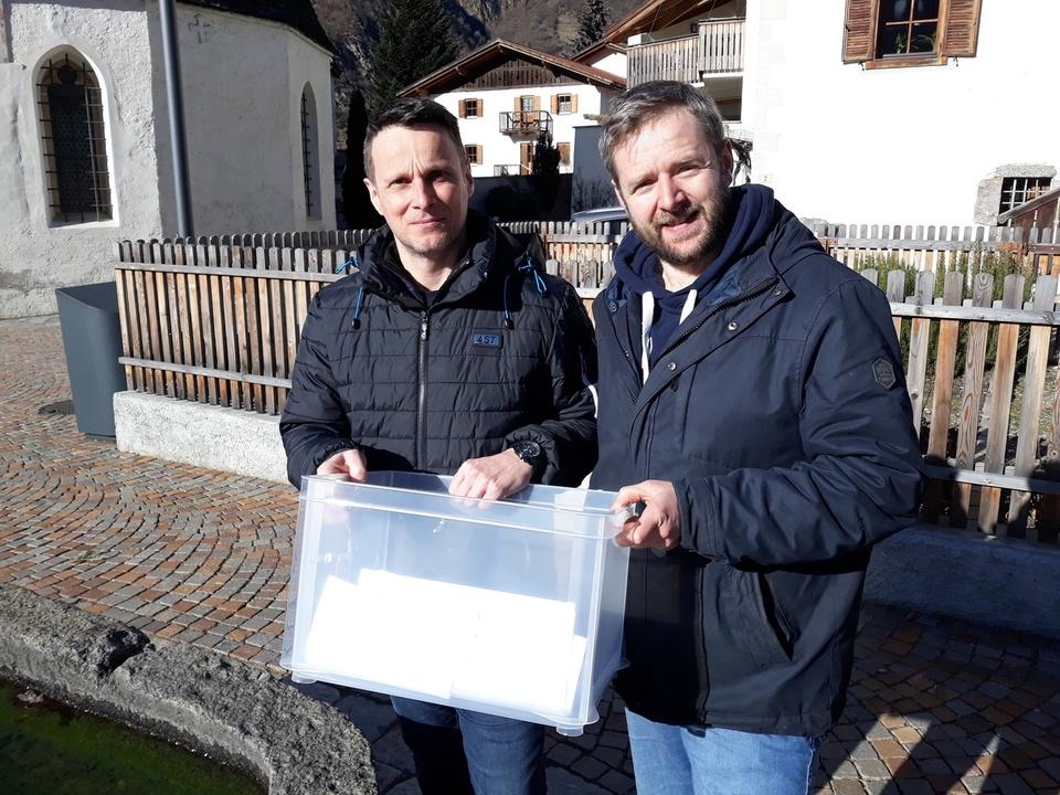 Gemeinderat Christian Pföstl und Gemeinderat Dietmar Weithaler mit einer von drei Sammelboxen 1500
