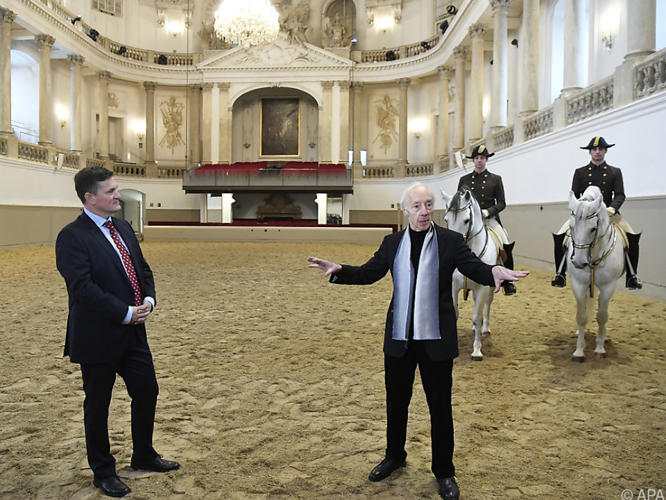Geschäftsführer Klissenbauer und Architekt Wehdorn vor der Hofloge