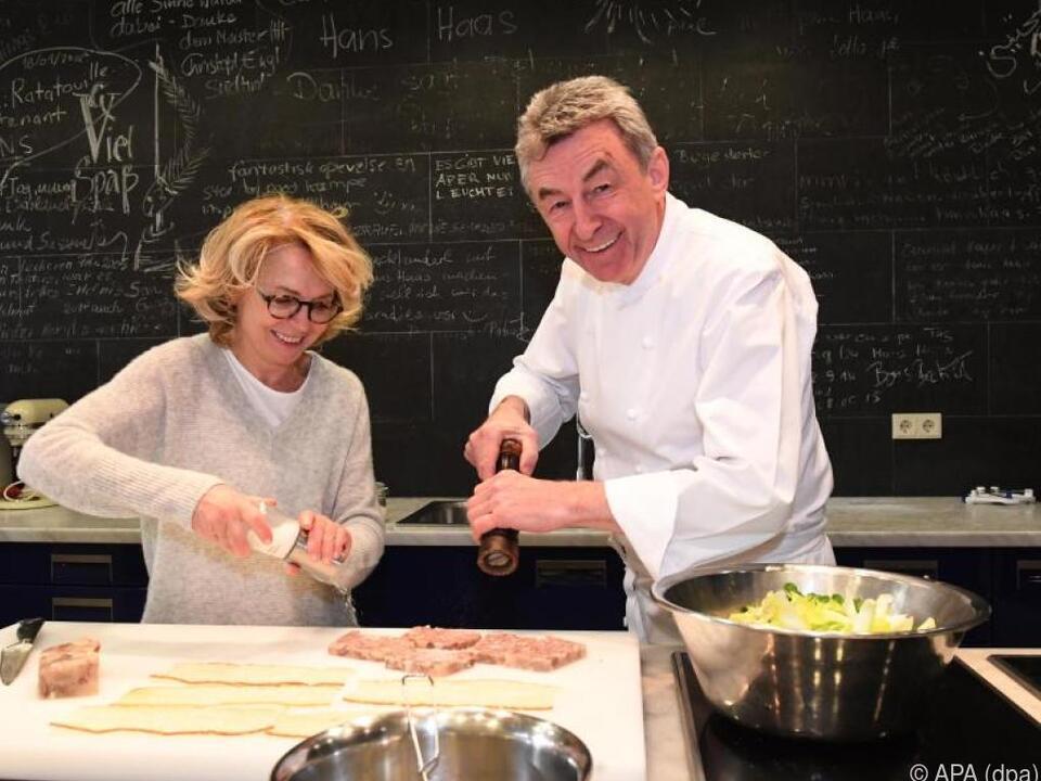 Hans Haas mit Gisela Schneeberger in der Küche