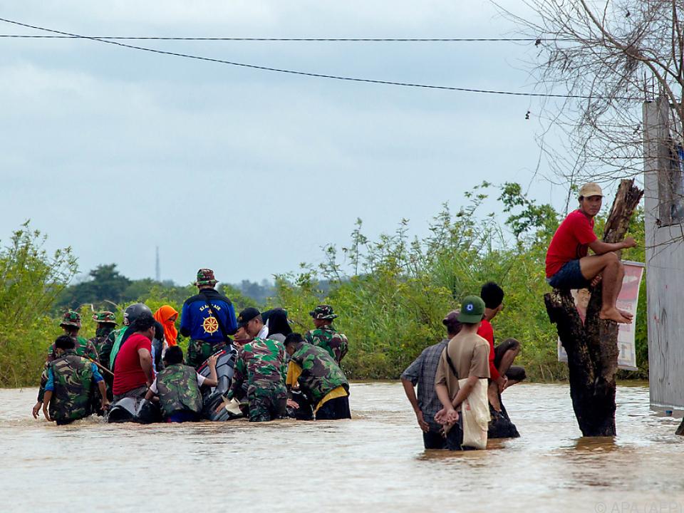 Heftige Regenfälle ließen zahlreiche Flüsse über die Ufer treten