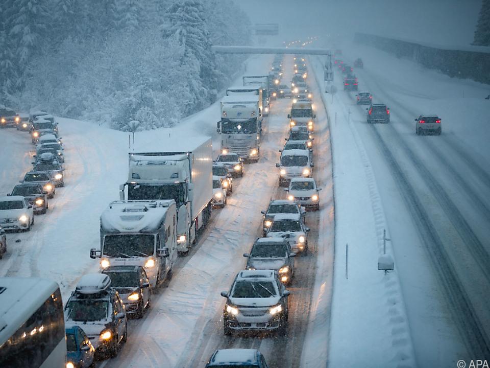 Insgesamt wurden  34.000 Tonnen Streusalz aufgebracht schnee straße