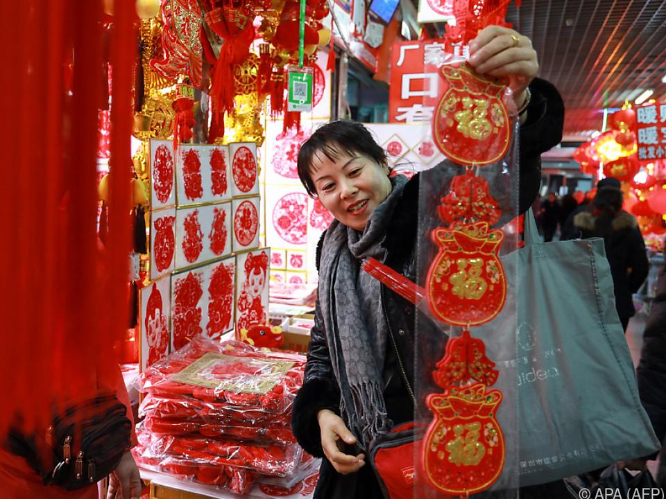 Marktstand mit chinesischen Neujahrsartikeln