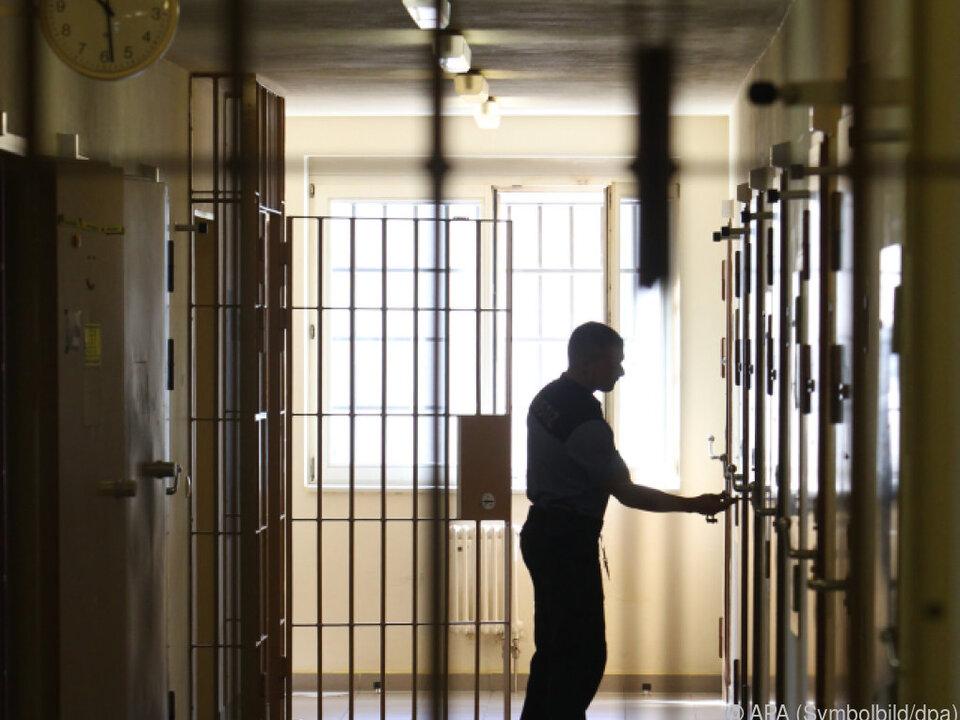 Mehr Personal für die Justiz wird gefordert gefängnis sym