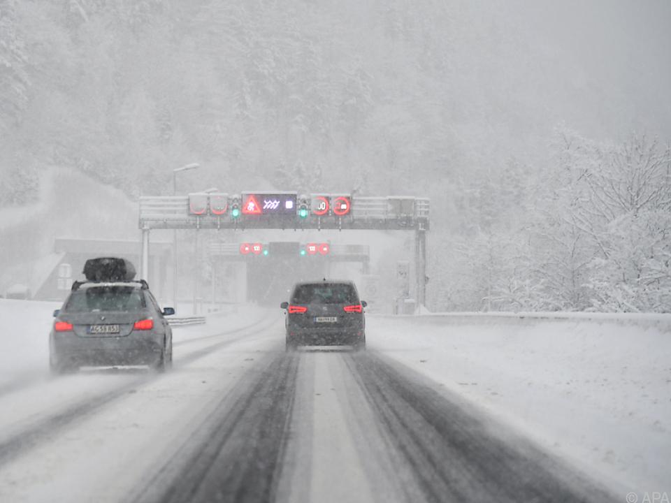Starke Schneefälle sorgen für Verkehrsbehinderungen