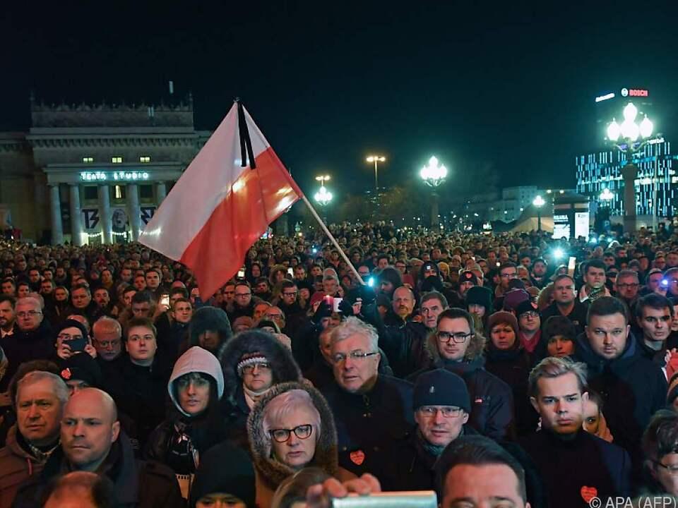 Tausende Menschen bei Trauerkundgebung in Warschau