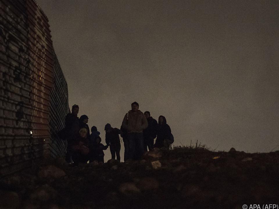Zahlreiche Migranten wollten den Grenzzaun überqueren