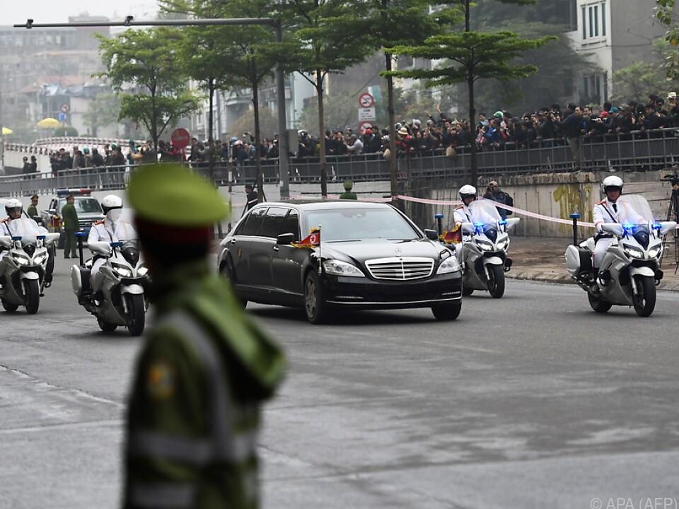 Der Konvoi mit Kim auf den Straßen von Hanoi