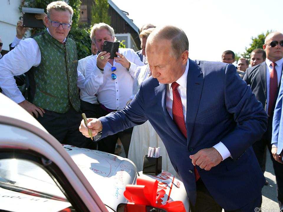 Der russische Präsident Putin unterschrieb auf dem Käfer