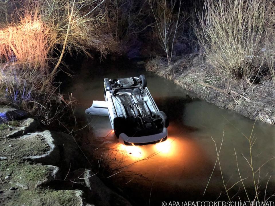 Der Wagen überschlug sich und landete im Wasser