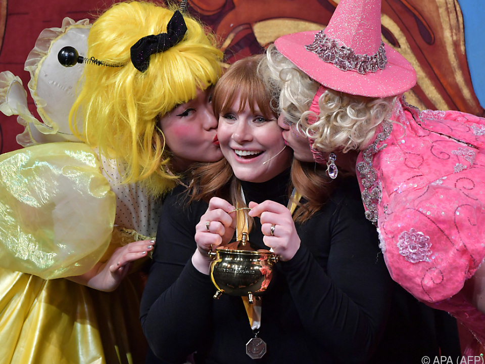Die Schauspielerin holte sich den goldenen Puddingtopf ab
