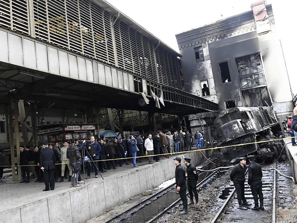 Ein Zug krachte gegen einen Bahnsteig