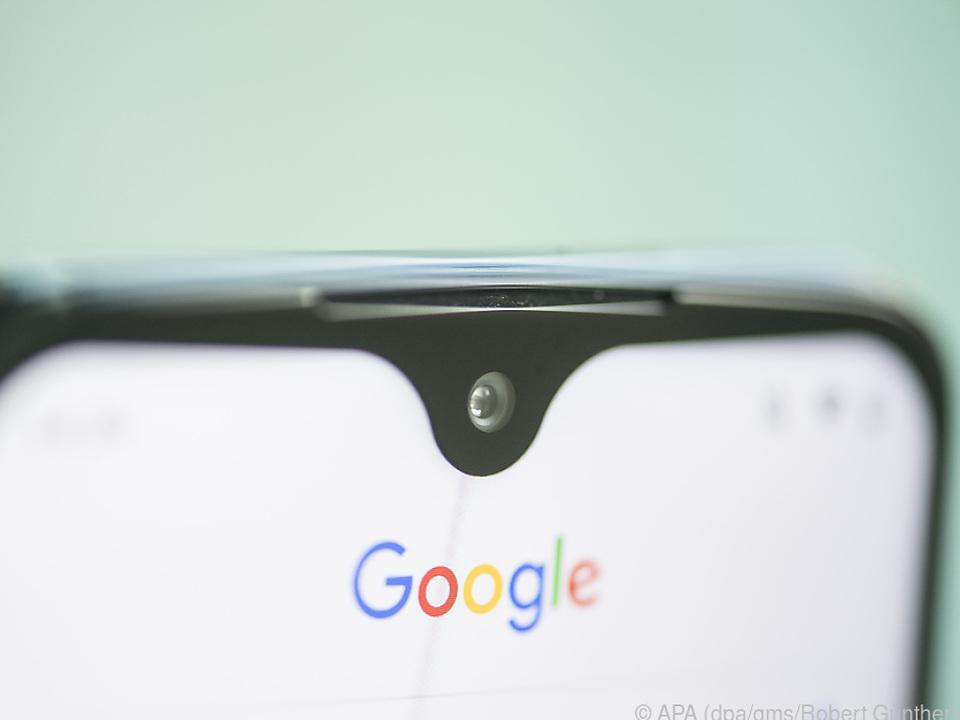 Das Moto G7+ hat nur eine kleine Einbuchtung für die Kamera im Display