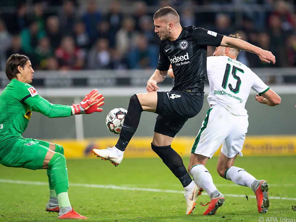 Frankfurts Rebic gegen Goalie Yann Sommer