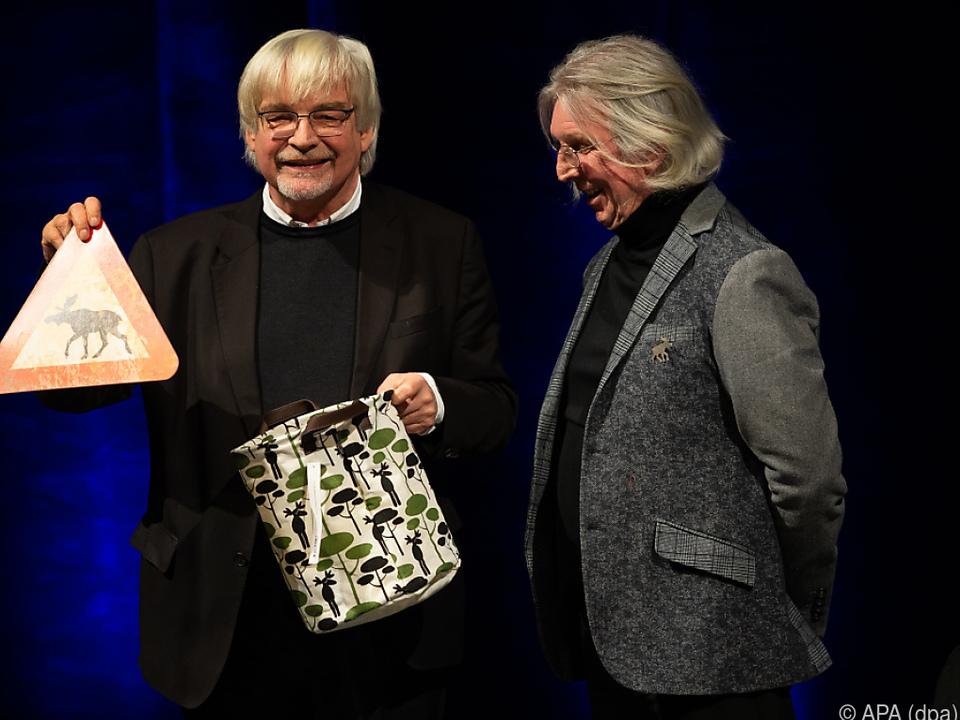 Gerhard Haderer (r.) erhält Preis vom Göttinger Oberbürgermeister