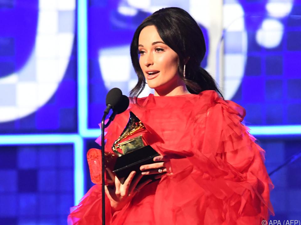 Kacey Musgraves mit ihrem Grammy für ihr Album \
