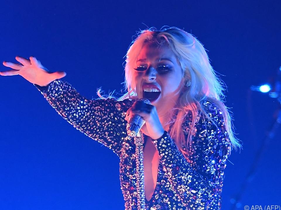 Lady Gagas Nacken ziert jetzt eine Rosenblüte